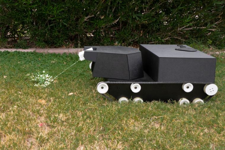 Косит газон, уничтожает сорняки и отгоняет енотов: в США создали робота-садовника