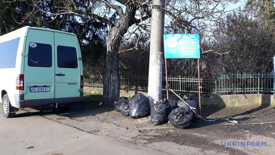 Репортаж із КПП «Лужанка»: Інфраструктура черг, купа сміття, жодної маски, кава, бограч і пійсят грамів (ФОТО)