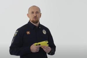 Руководитель патрульной полиции испытал на себе электрошокер Taser
