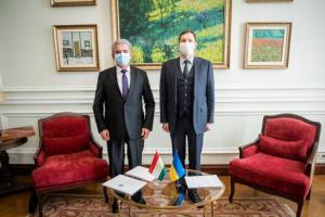 Embajador de Tayikistán presenta copias de credenciales