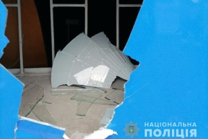 В Мариуполе неизвестные разбили окна и разрисовали стены двух партийных офисов