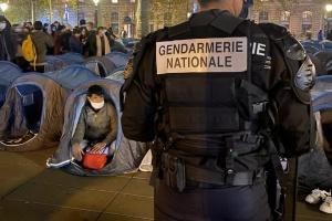У Парижі жорстко ліквідували наметовий табір мігрантів