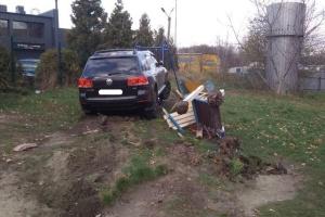 Во Львове пьяный коп въехал в детскую площадку