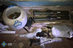 У центрі Києва в офісі держорганізації виявили схованку зі зброєю та вибухівкою