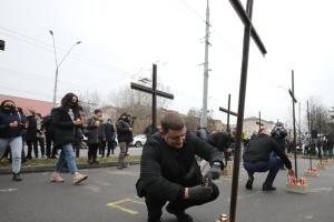 Під посольство Росії у Києві принесли дерев'яні хрести