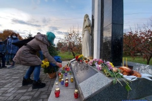 У Запоріжжі до меморіалу жертв Голодомору несли колоски, яблука та квіти