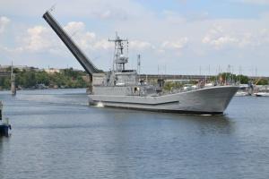 У Миколаєві розвели мости, щоб пропустити десантний корабель