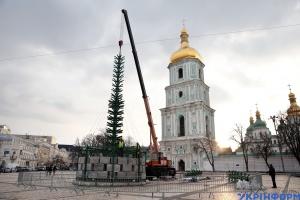 Aufstellen des Hauptweihnachtsbaums in Kyjiw