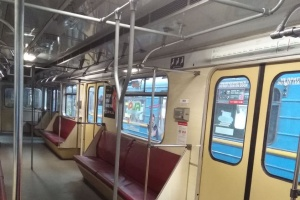 У столичному метро запустили вагон з поручнями «для всіх»