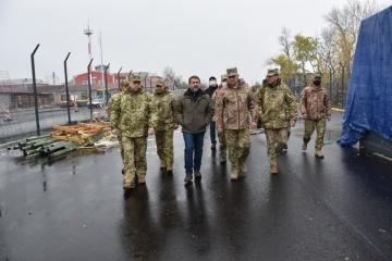 軍総司令官、東部の被占領地との間の検問地点建設現場を視察