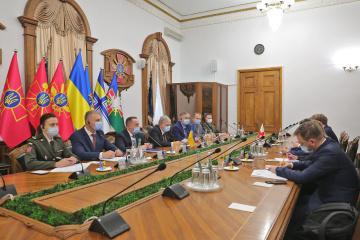 Verteidigungsminister spricht mit IKRK-Präsidenten über Minenräumung im Donbass