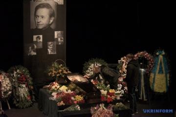 Obsèques de Roman Viktuk : des milliers de personnes ont rendu hommage à l'artiste