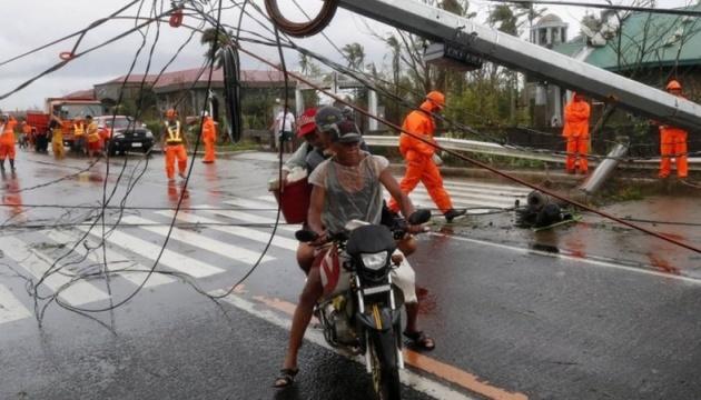 На Филиппинах бушует самый мощный ураган года