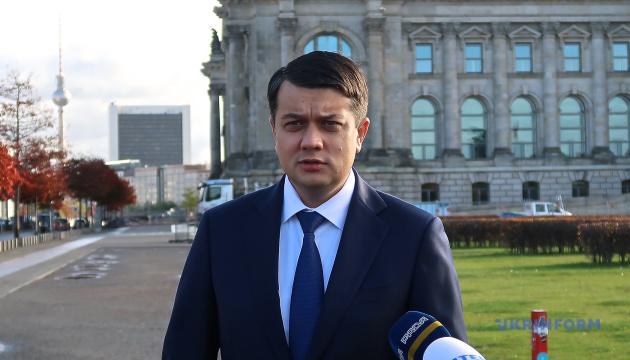 Разумков объяснил, почему трудно запретить политикам иметь официальные контакты с представителями РФ