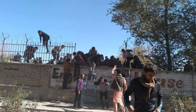 В університеті Кабула - стрілянина: понад 20 загиблих та десятки поранених