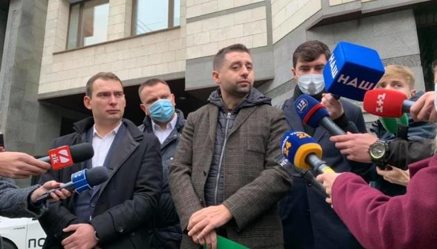 Депутати принесли до КСУ заяву зі зверненням до суддів подати у відставку