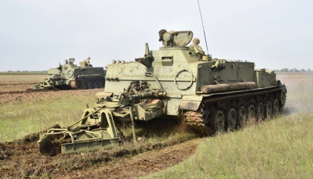 Українські військові відпрацьовують встановлення мінних загороджень