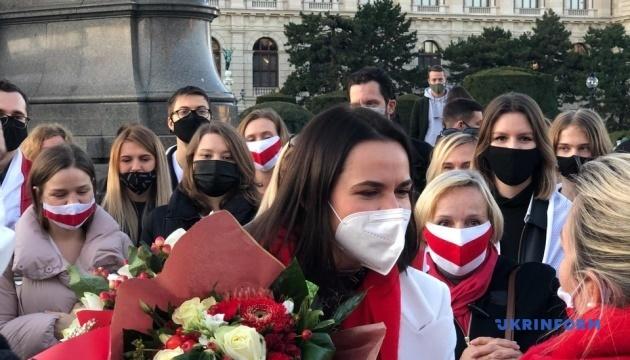 Тихановская встретилась с белорусами на площади в Вене