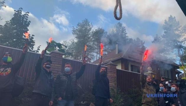 Под домом председателя КСУ собрался митинг - требуют отставки