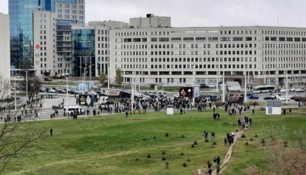 У Мінську ОМОН вже «пакує» учасників маршу в автозаки