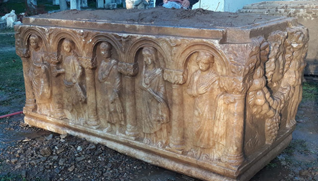 У турецьких «чорних» археологів відібрали саркофаг віком 2,5 тисячі років