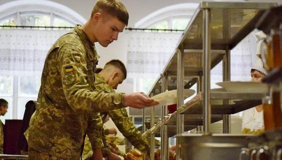 «З точністю до навпаки»: МОУ спростовує згортання нової системи харчування в армії