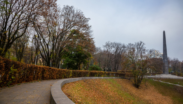 Іноземні дипломати у київському Парку Слави вшанували пам'ять загиблих у війнах