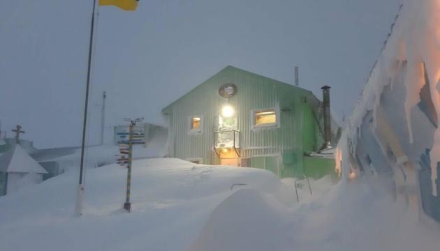 Станцію «Академік Вернадський» замело снігом