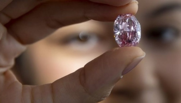 Редкий розовый бриллиант продали на аукционе за $ 26,6 миллиона