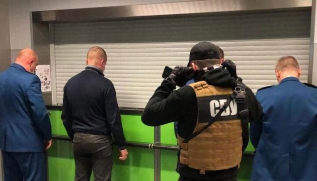 У «Борисполі» викрили митників, які вимагали з пасажирів хабарі