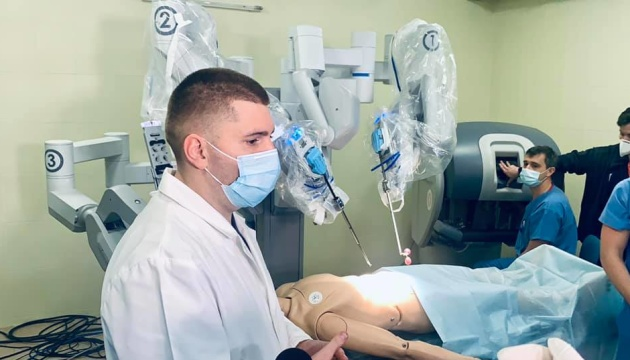 У Львівській лікарні складні операції робитиме робот-хірург «Da Vinci»
