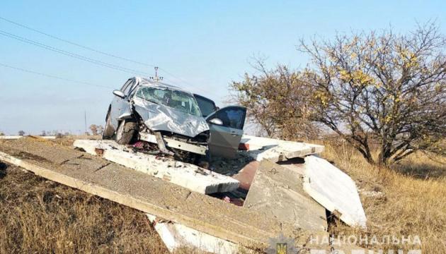 Поблизу Маріуполя авто розтрощило зупинку, загинула жінка