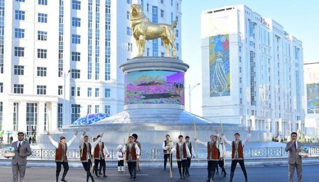 Президент Туркменистана открыл 15-метровый «золотой» памятник собаке