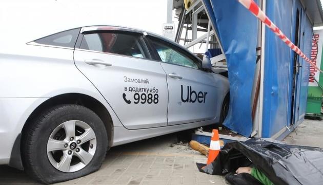 In Kyjiw ein Taxi an Haltestelle zwei Menschen totgefahren