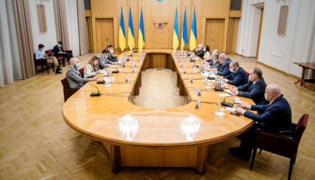 外相、クリミア・タタール民族代表とクリミア・プラットフォーム創設を協議