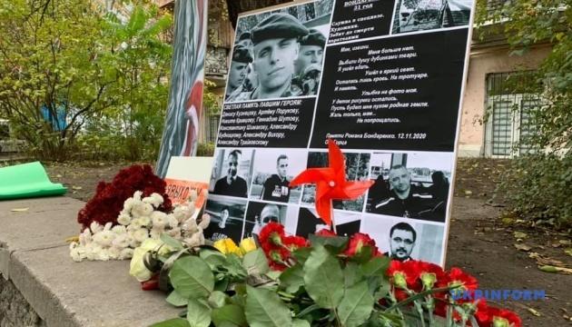 У Києві вшанували пам'ять Романа Бондаренка - принесли квіти до посольства Білорусі