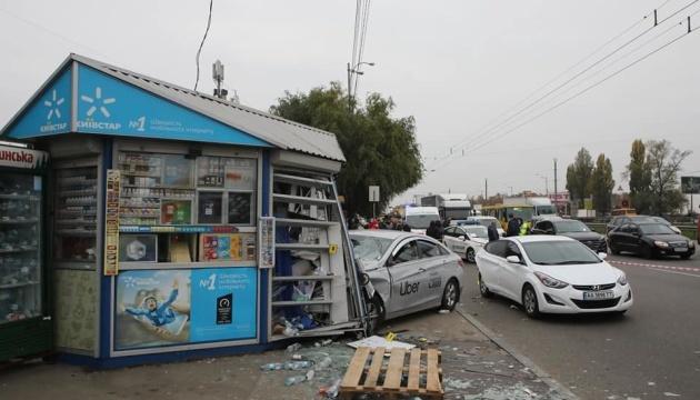Водію таксі, який у Києві збив на зупинці людей, оголосили підозру