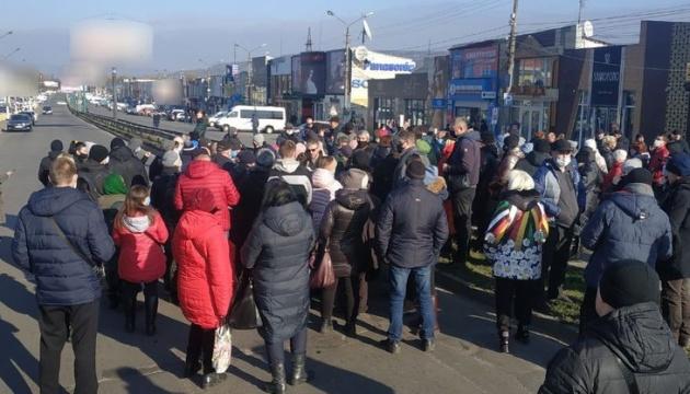Підприємці ринку у Чернівцях перекрили дорогу через карантин вихідного дня