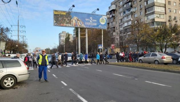 В Одесі торговці ринку, незадоволені карантином вихідного дня, блокували дорогу