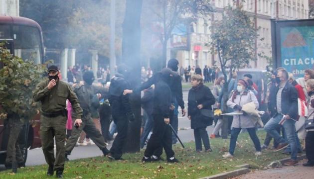 У Мінську почалися масові затримання на марші протесту, силовики застосували газ