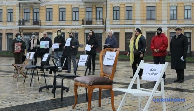 В Киеве провели акцию «Пустые стулья» в поддержку узников Кремля