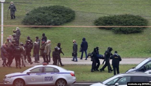Правозахисники заявляють про 900 затриманих під час недільних протестів у Білорусі