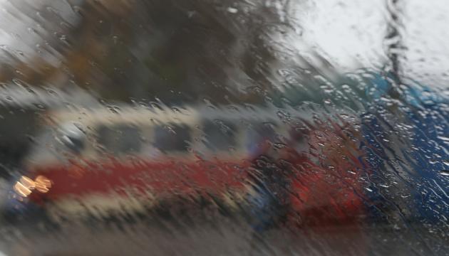 Україні прогнозують дощі, мокрий сніг та до 18° тепла у п'ятницю