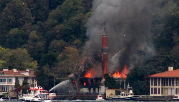 В Стамбуле сгорела старинная мечеть