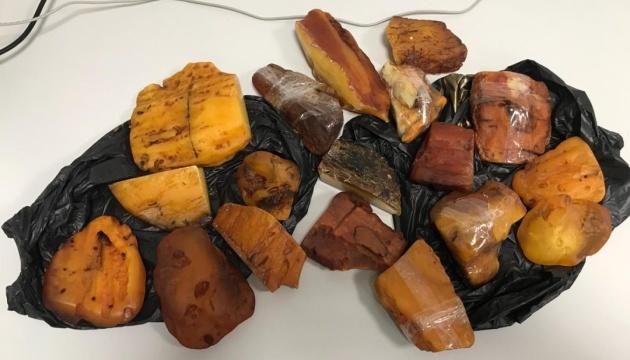 CБУ блокировала контрабанду уникального янтаря в страны Персидского залива