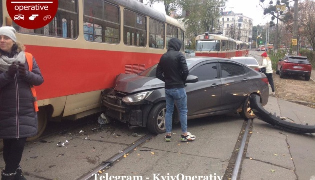 У Києві Hyundai в'їхав у трамвай, рух заблокований