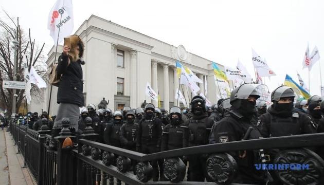Митингующие не пускали депутатов в Раду, произошли столкновения с полицией