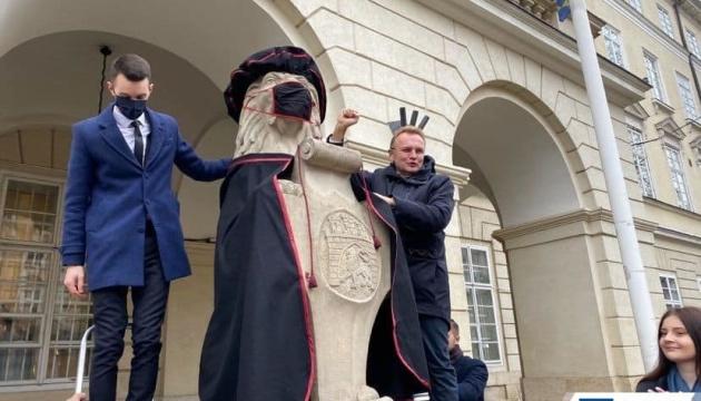 По случаю Дня студента львовских львов нарядили в мантии и маски