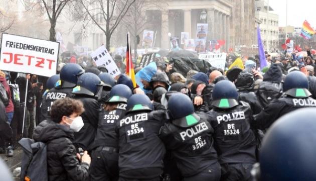 Берлинская полиция разогнала «коронавирусный» протест водометами