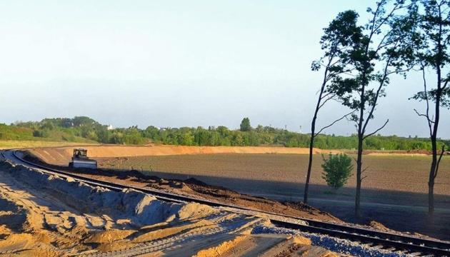 Поставщика песка подозревают в завладении 9 миллионами при строительстве железной дороги